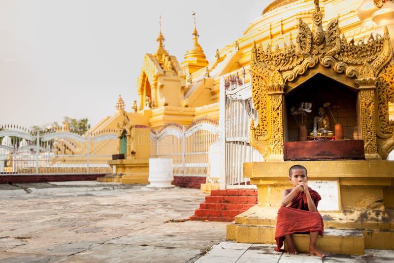 MANDALAY MYANMAR-MAY 1: Oidentifierad ung tempel för buddismnovisframdel på onMAY 1, 2013 för Hsinbyume pagodtempel i Mandalay so arkivbilder