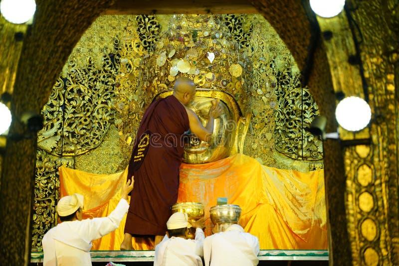 MANDALAY, MYANMAR no ritual do amanhecer da lavagem da cara a Mahamun fotos de stock