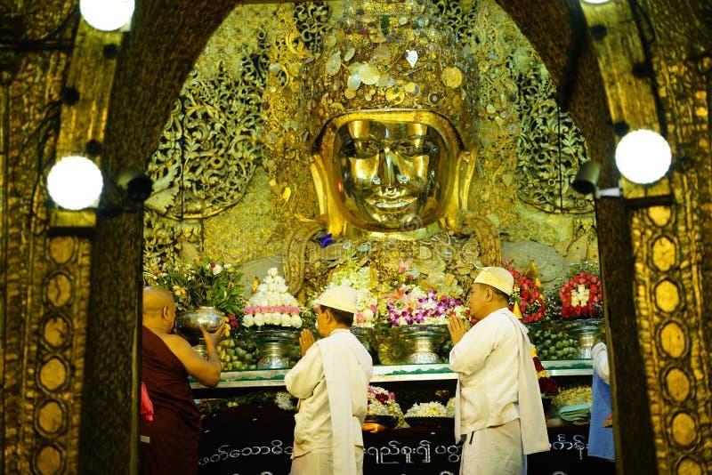 MANDALAY, MYANMAR no ritual do amanhecer da lavagem da cara a Mahamun imagens de stock royalty free
