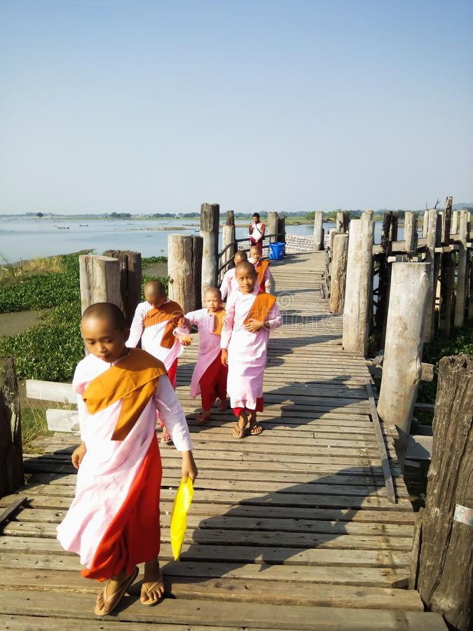 Mandalay, Myanmar - 25 novembre, 2018 - suore buddisti che camminano sul ponte di U Bein di mattina fotografia stock