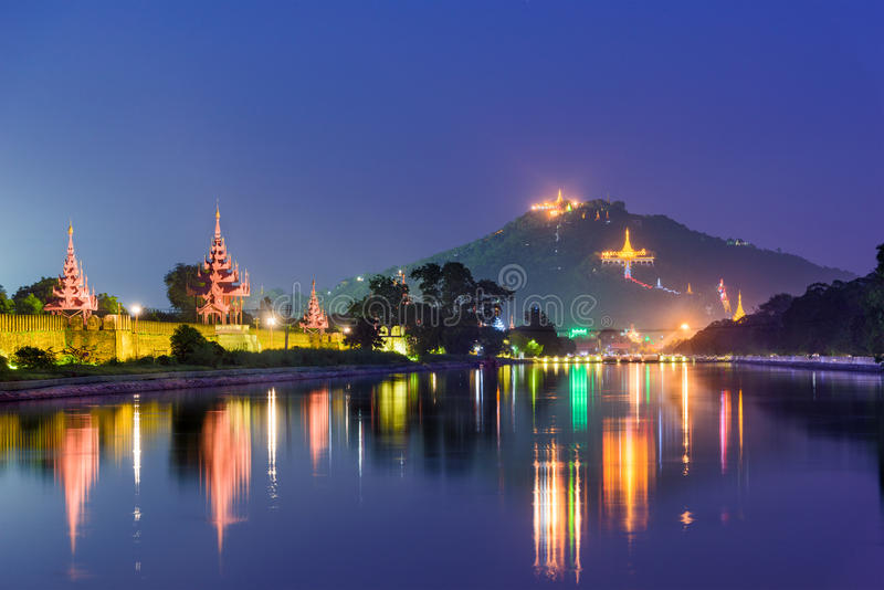 Mandalay slottvallgrav royaltyfria foton