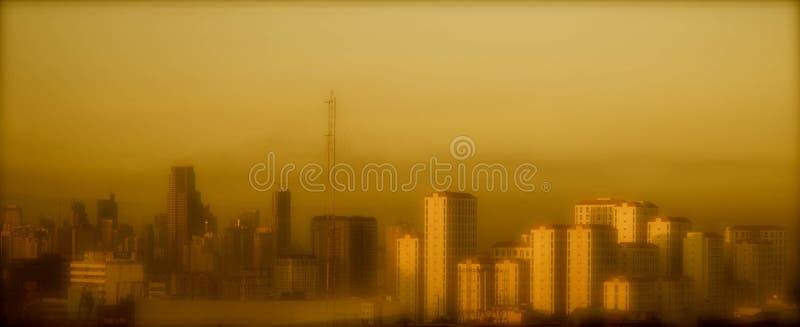 Mandaluyong stadshorisont i aftonen arkivbilder