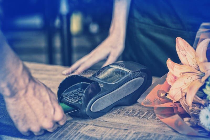 Mandanandebetalning med hans kreditkort fotografering för bildbyråer