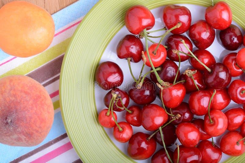 mandarín, frutas frescas y bayas, comida sana del melocotón y de la cereza del verano fotografía de archivo
