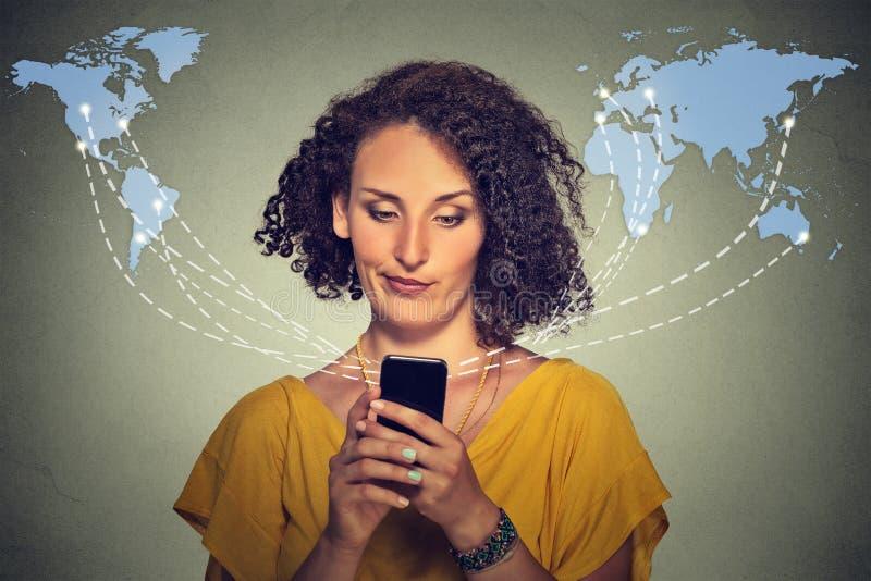 Mandare un sms di conversazione della donna infelice turbata sul telefono dispiaceva con la conversazione immagine stock