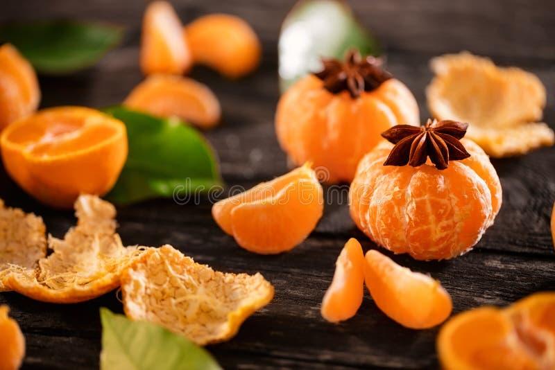 Mandarijnsap met mandarijnplakken op houten lijst royalty-vrije stock foto's