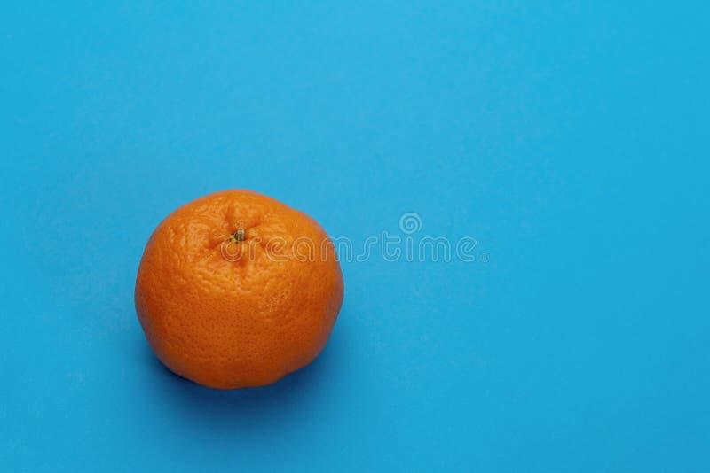 Mandarin fruit op blauwe achtergrond wordt geïsoleerd die royalty-vrije stock fotografie