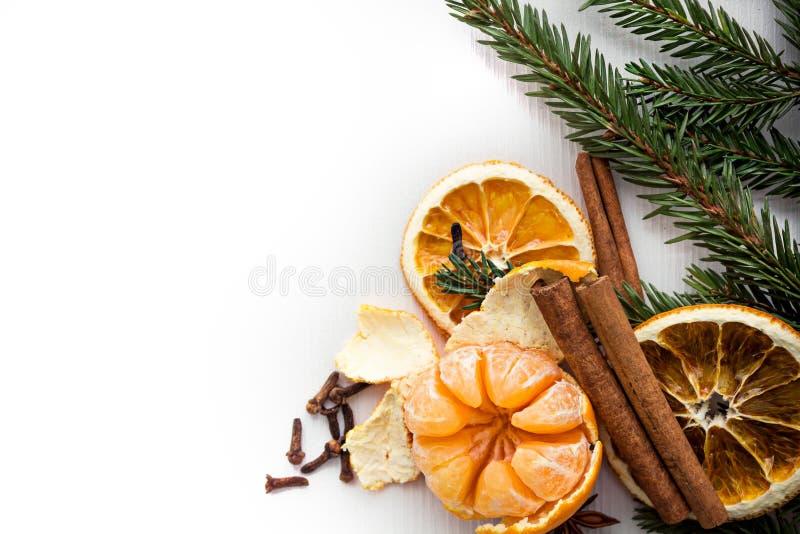 Mandarin met Kaneel op de Kerstboomachtergrond De ruimte van het exemplaar Achtergrond stock afbeeldingen