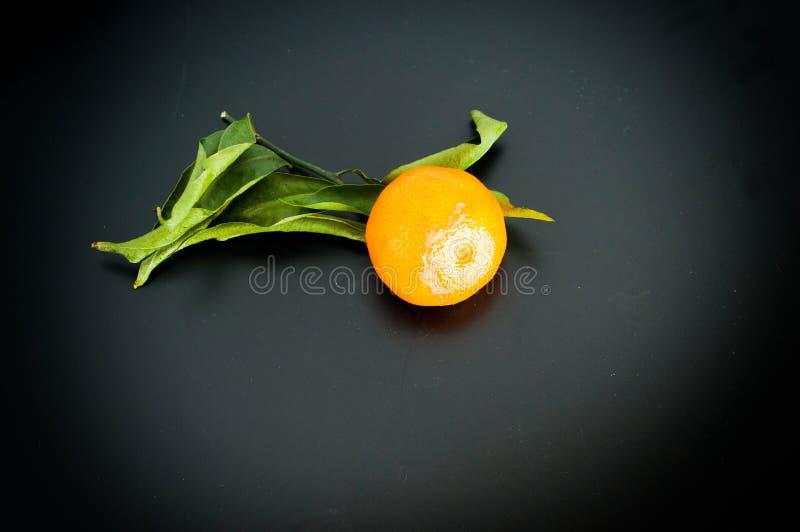 Mandarin op de zwarte clementines van de achtergrond oranje fruitmandarijn stock afbeeldingen