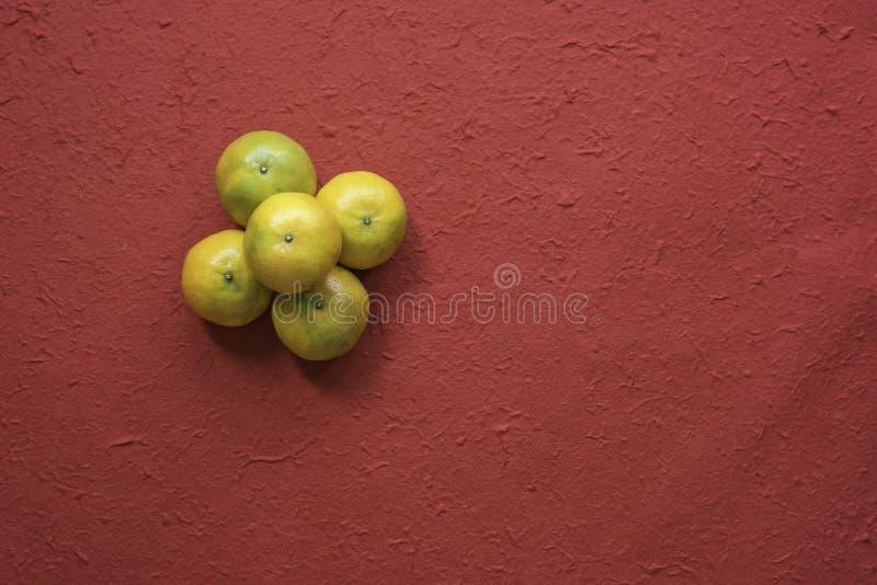 Mandarin op rode achtergrond royalty-vrije stock fotografie