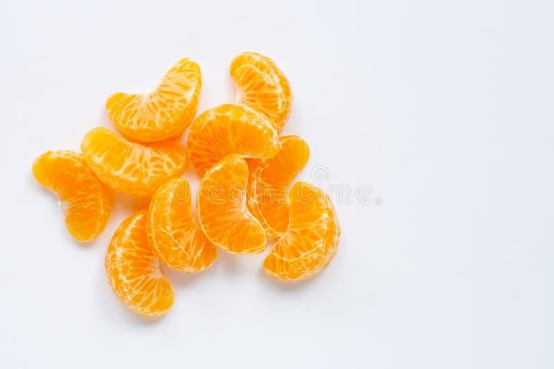 Mandarin segmenten, Verse die sinaasappel op witte achtergrond wordt geïsoleerd stock foto's