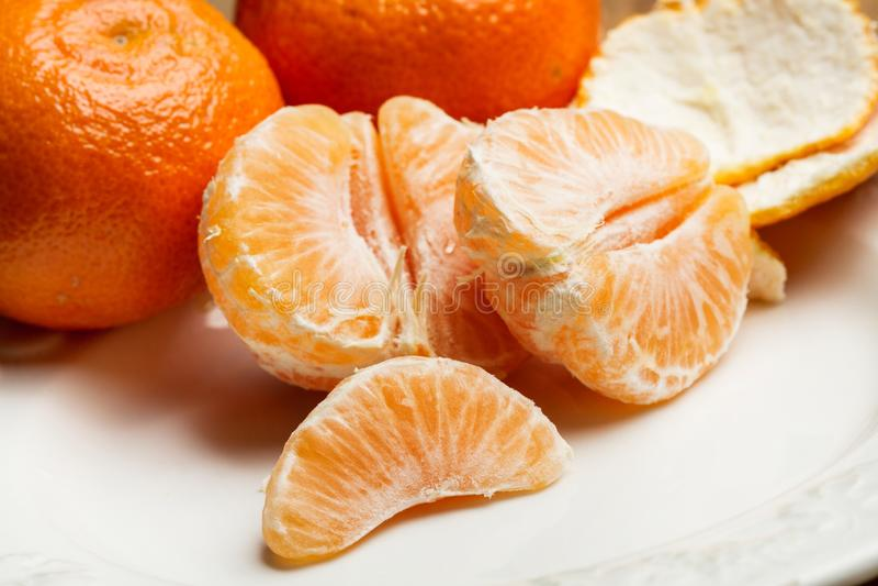 Mandarina pelada en segmentos fotos de archivo