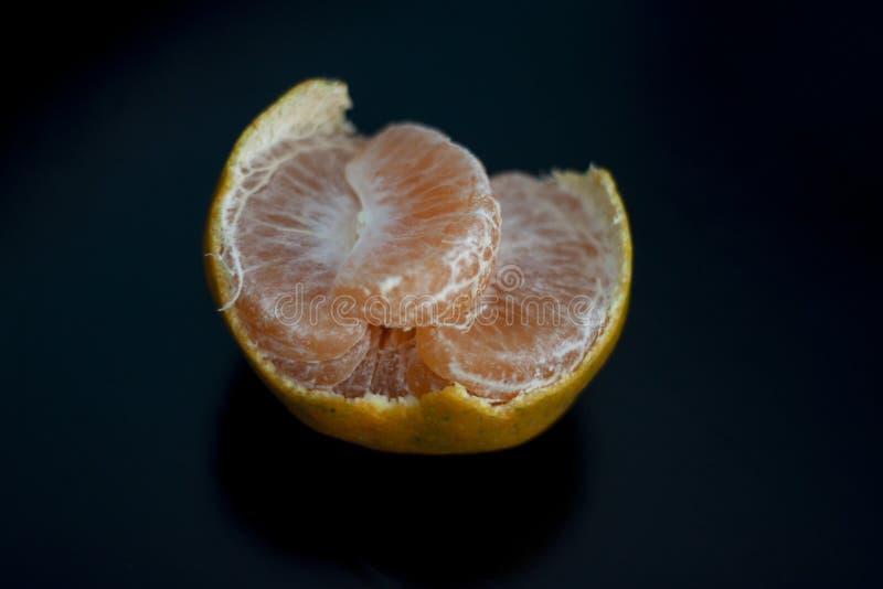 Mandarina y segmentos pelados aislados fotos de archivo libres de regalías