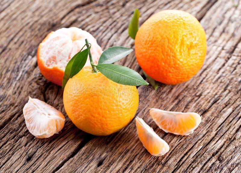 Mandarinas con las hojas. imagen de archivo libre de regalías