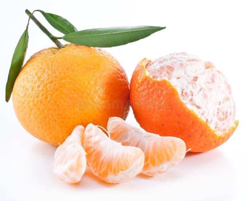 Mandarinas con las hojas. foto de archivo