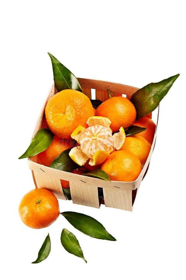 Mandarinas con las hojas en la cesta aislada en el fondo blanco imágenes de archivo libres de regalías