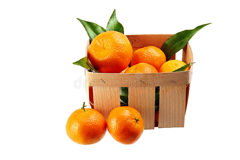 Mandarinas con las hojas en la cesta aislada en el fondo blanco fotos de archivo