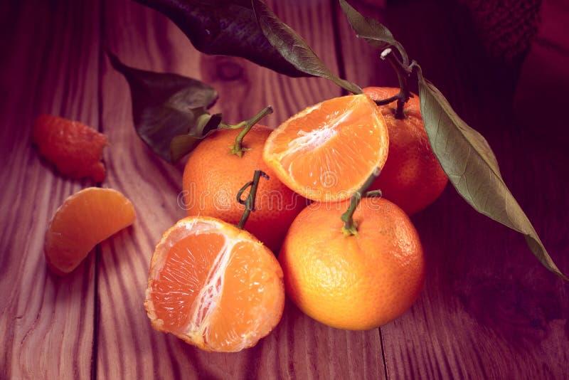 Mandarinas con las hojas en un fondo de madera fotografía de archivo libre de regalías