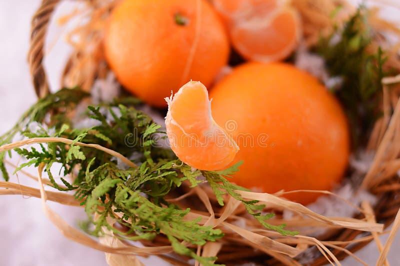 Mandarinas de la Navidad en una cesta en la Navidad imagen de archivo libre de regalías