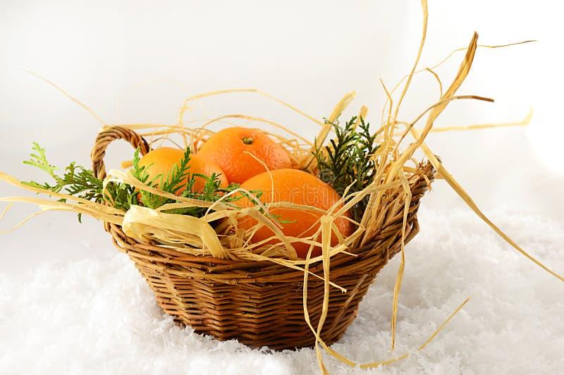 Mandarinas de la Navidad en una cesta en la Navidad imagen de archivo