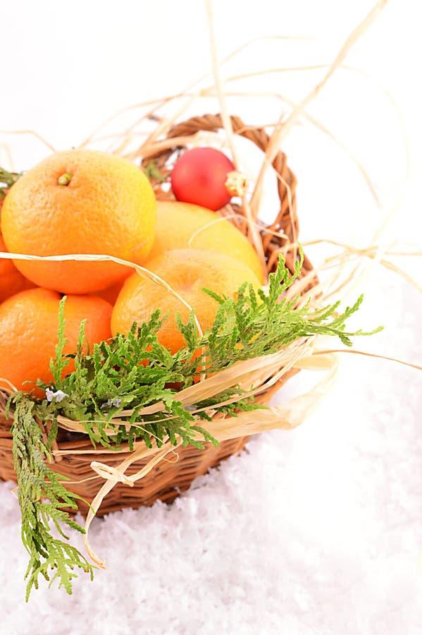 Mandarinas de la Navidad en una cesta en la Navidad imágenes de archivo libres de regalías