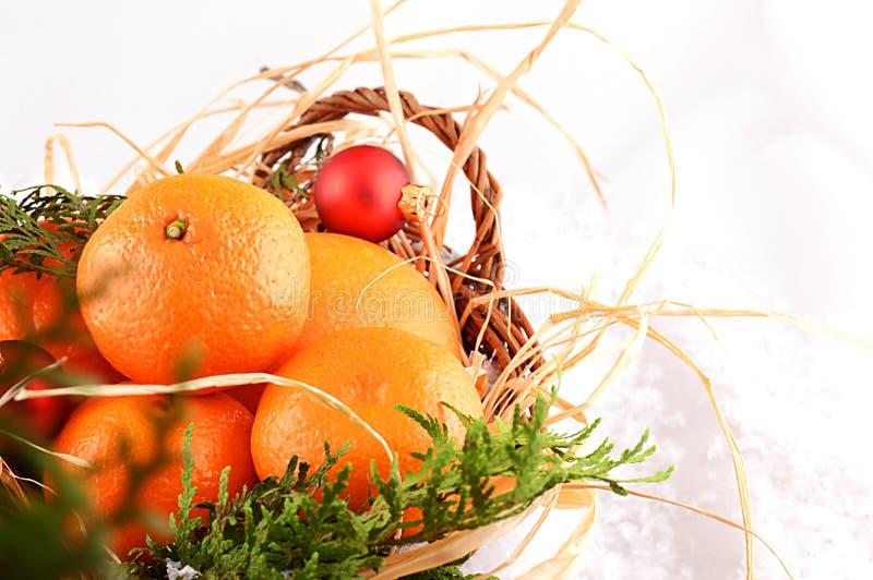 Mandarinas de la Navidad en una cesta en la Navidad fotografía de archivo libre de regalías