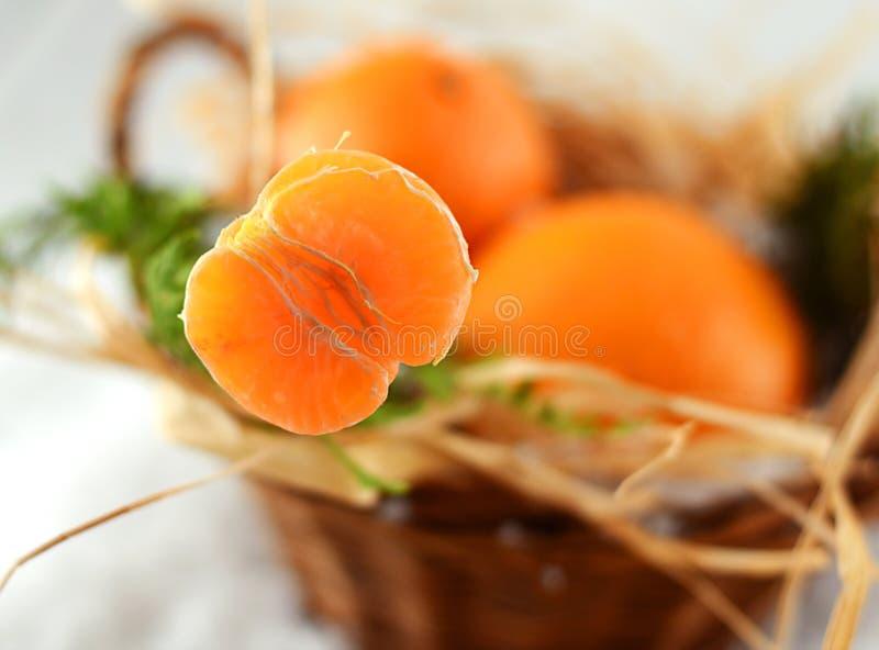 Mandarinas de la Navidad en una cesta en la Navidad fotos de archivo libres de regalías