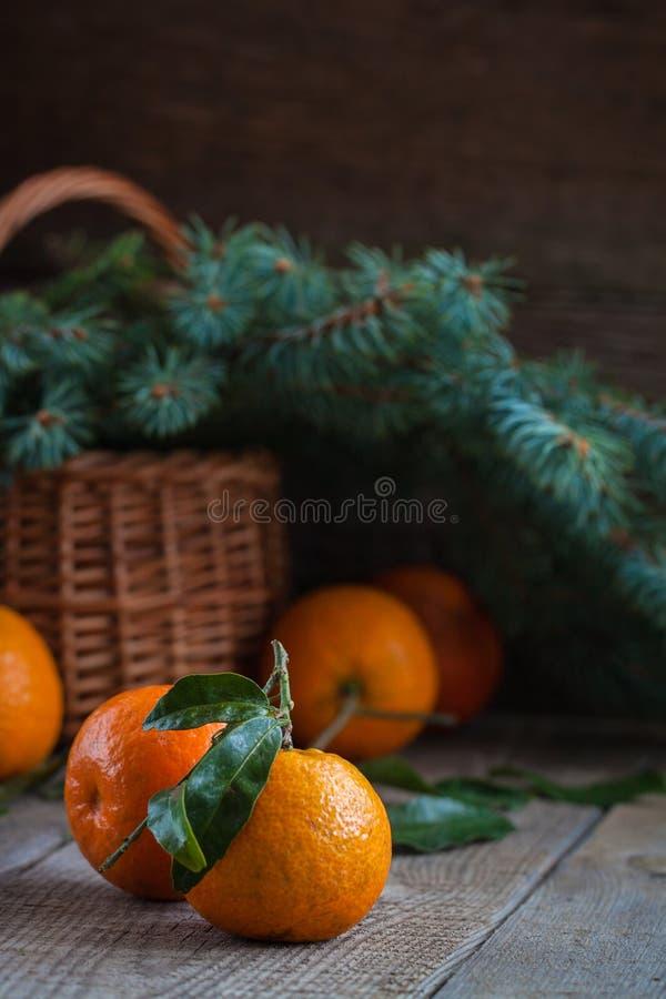 Mandarinas de la Navidad, viejo fondo de madera, tradición rusa del Año Nuevo imagen de archivo