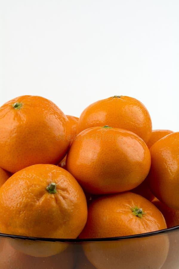 Mandarinas en tiro medio del bol de vidrio de la vertical lateral imágenes de archivo libres de regalías