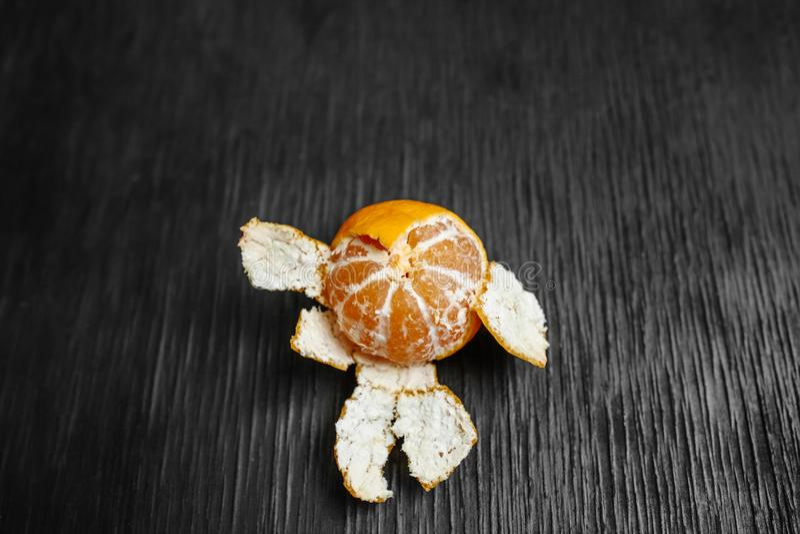 Mandarinas en un fondo negro Porciones de fruta fresca - mandarines imagen de archivo