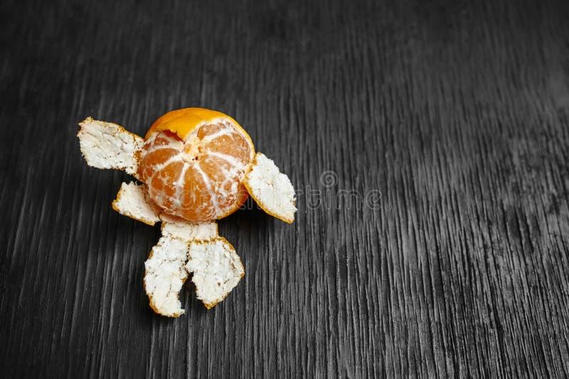 Mandarinas en un fondo negro Porciones de fruta fresca - mandarines foto de archivo