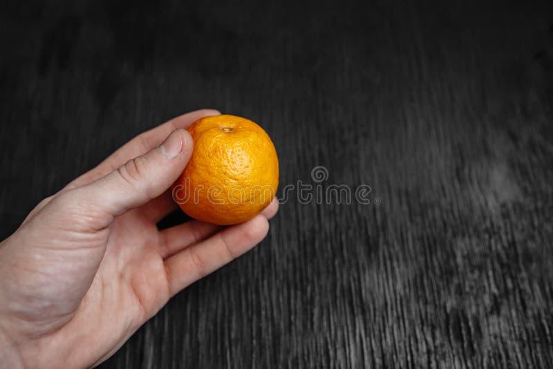 Mandarinas en un fondo negro Porciones de fruta fresca - mandarines fotos de archivo