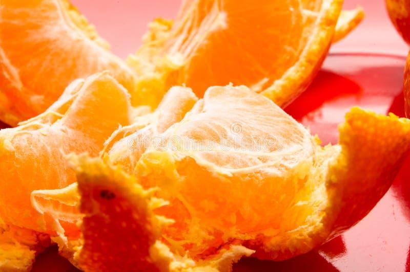 mandarinas en una placa roja imagen de archivo