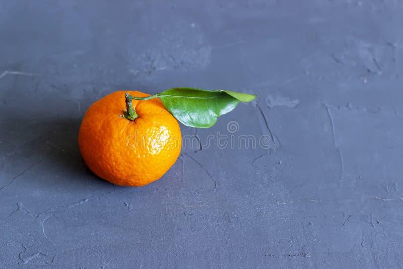 Mandarinas frescas con las hojas en fondo de piedra negro Visi?n superior Copie el espacio imágenes de archivo libres de regalías