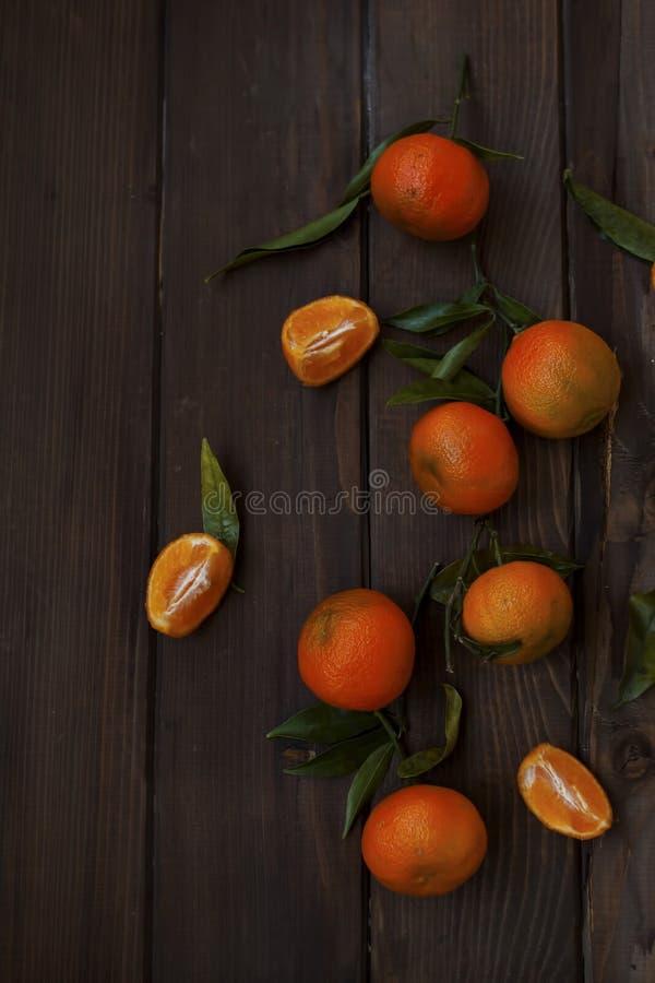 Mandarinas frescas con las hojas verdes fotos de archivo libres de regalías