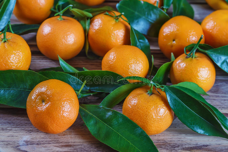 Mandarinas frescas en la tabla imagen de archivo