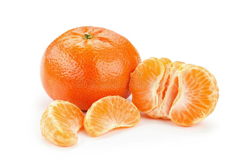 mandarinas peladas y en la cáscara imagen de archivo