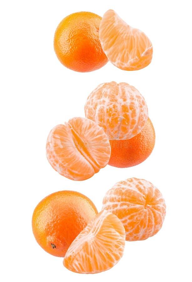 Mandarinas y mandarinas sin la cáscara aislada en un fondo blanco fotos de archivo