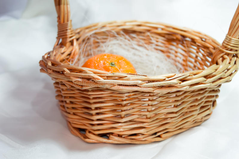 Mandarine dans le panier photos stock
