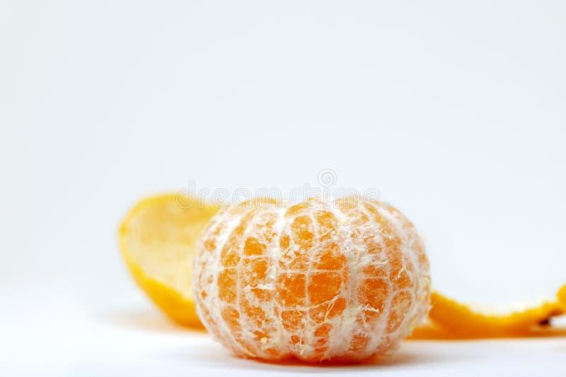 Mandarine fraîche épluchée sur le fond blanc Photo orange de studio d'agrumes Mandarine entière sans peau photographie stock