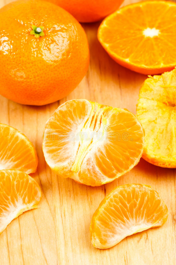 Mandarine-Kapitel auf Ausschnitt-Vorstand lizenzfreie stockfotos