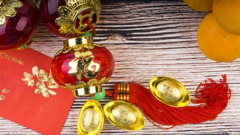 Mandarine, lingots rouges d'enveloppes, de lanterne et d'or Concept chinois de fond de nouvelle année image libre de droits