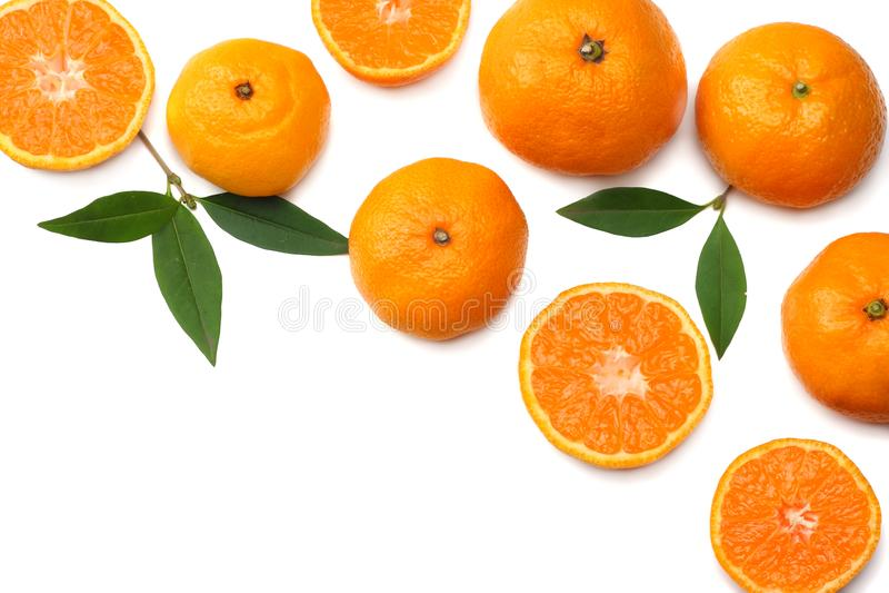 Mandarine mit den Scheiben und grünem Blatt lokalisiert auf Draufsicht des weißen Hintergrundes lizenzfreies stockbild