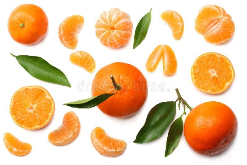 Mandarine mit den Scheiben und grünem Blatt lokalisiert auf Draufsicht des weißen Hintergrundes stockfotografie