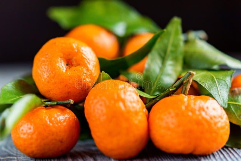 Download Mandarine Sinaasappel Of Mandarijn Op Houten Raad Stock Foto - Afbeelding bestaande uit organisch, citrusvrucht: 107700412
