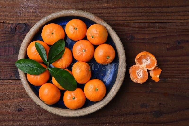 Mandarines dans la cuvette sur le bois images stock