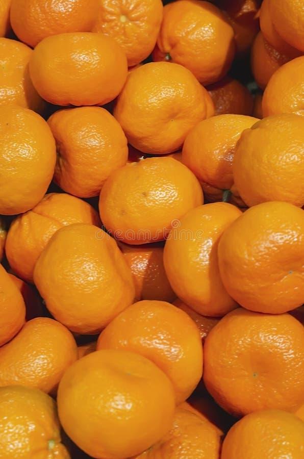 Mandarines empilées en vente au détail image stock