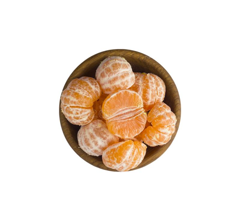 Mandarines en un cuenco de madera con el espacio de la copia para el texto Mandarinas maduras y sabrosas aisladas en blanco imagen de archivo