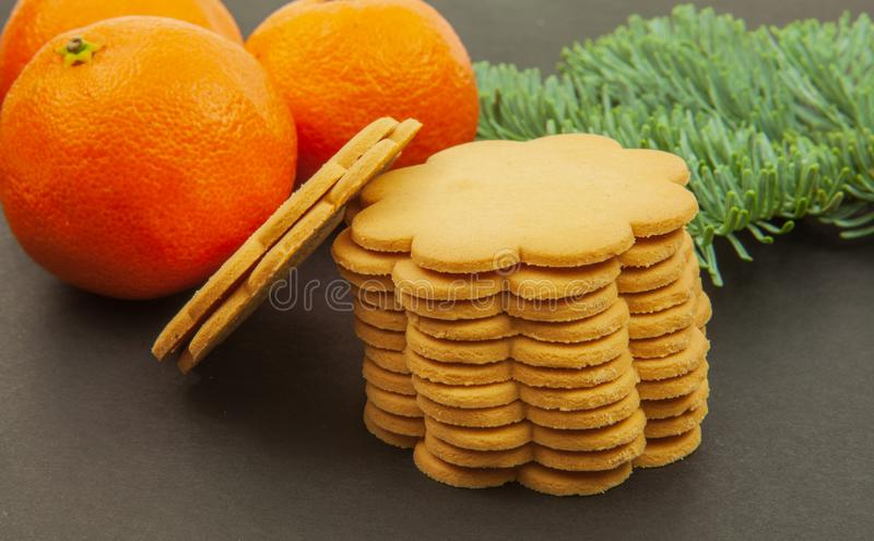 Mandarines - fruits de Noël et biscuits de gingembre sur un fond foncé photo libre de droits