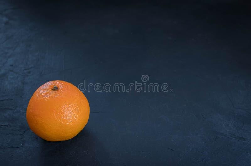 Mandarines juteuses fraîches de clémentines, fruits en hiver Sur un fond noir vue horizontale de mandarine Copiez l'espace images stock